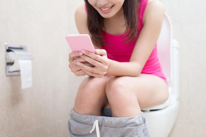 Un estudio demuestra que los manchegos gastan el 60% de batería del móvil mientras están en el aseo