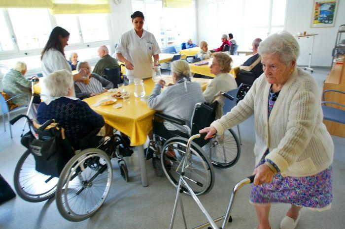 """Apaleado tras gritar """"al menos tenemos salud"""" en una residencia de ancianos de Albacete"""