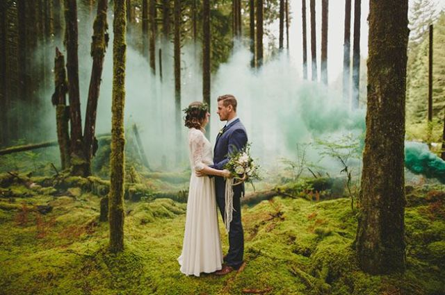 21-Awesome-Smoke-Bomb-Wedding-Ideas13