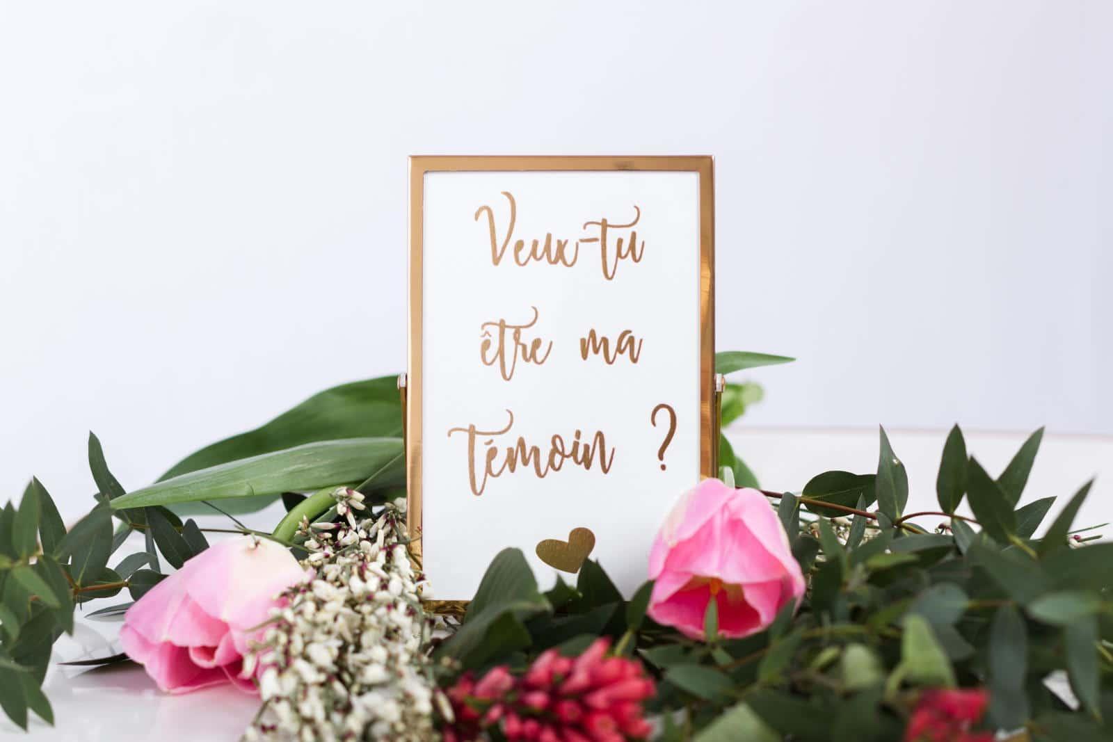 carte-temoin-dans-son-cadre-et-sur-ses-fleurs-rectangle