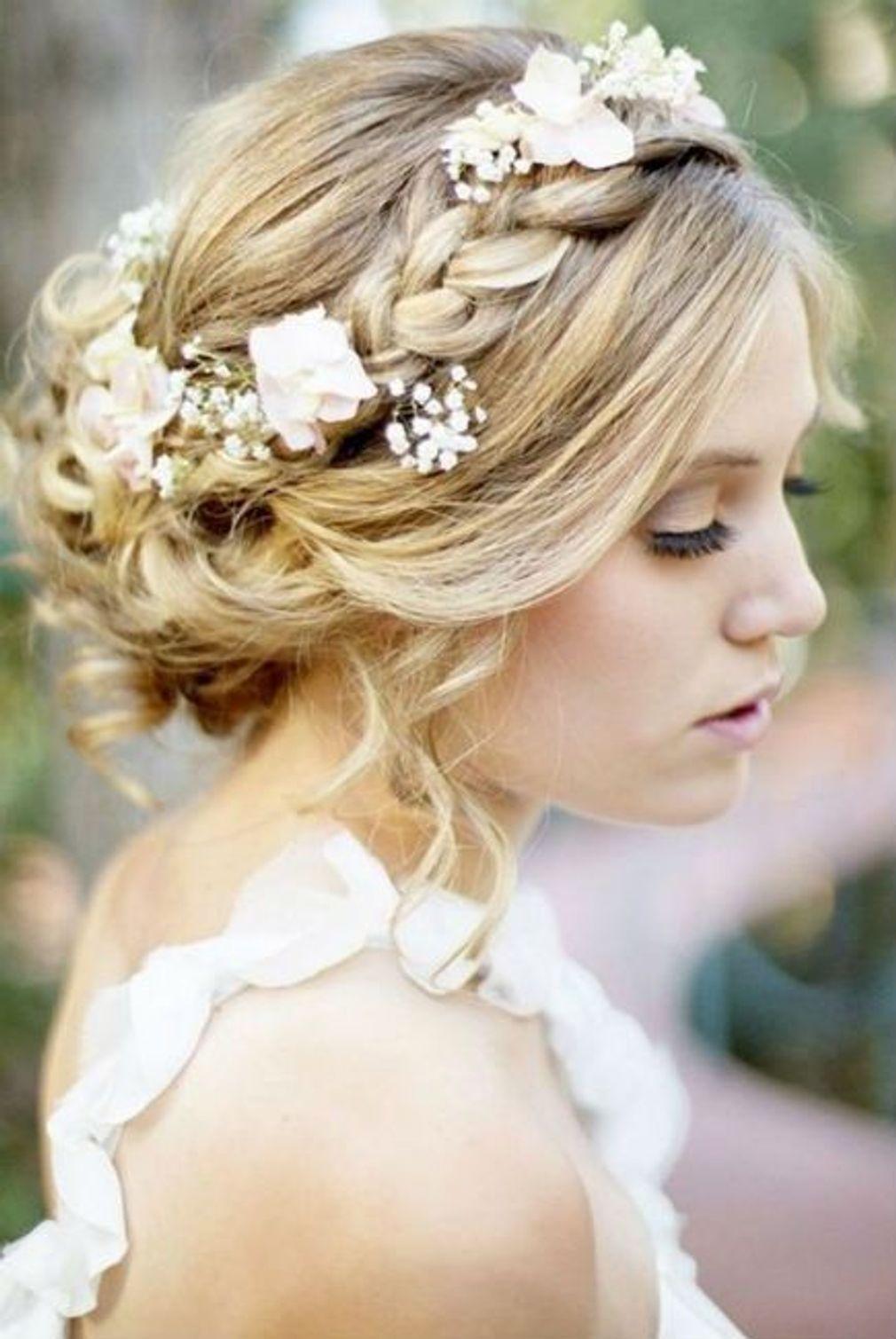Coiffure-de-mariage-chignon-flou-avec-tresse-fleurie.jpg