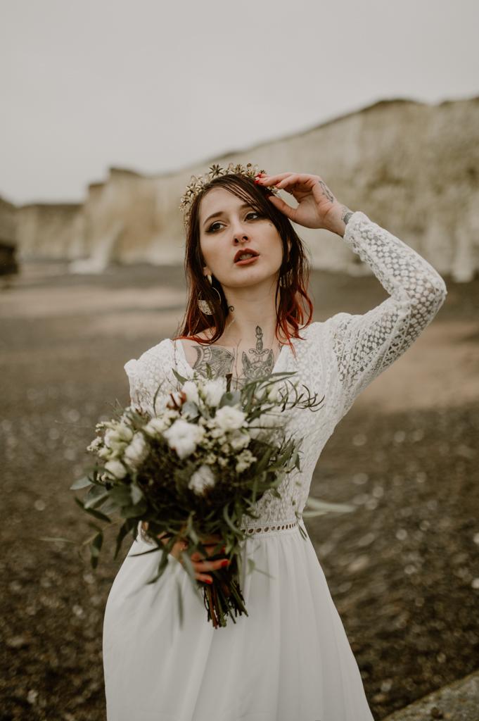 mariée tatouée et cheveux rouges sur la plage