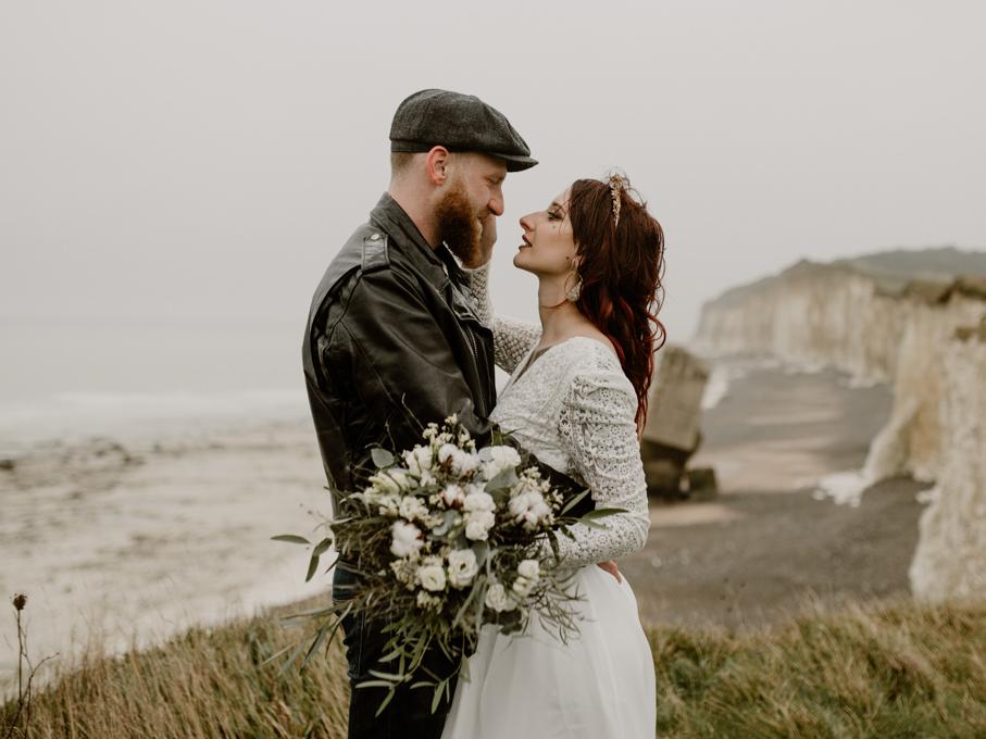 Mariage alternatif sur la plage avec mariés tatoués