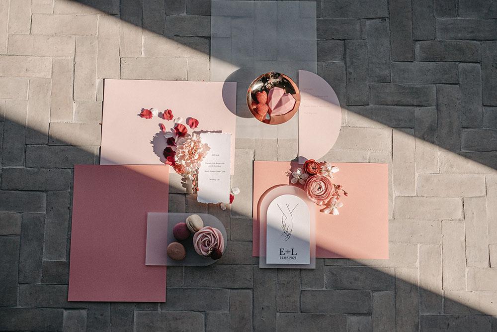 Shooting d'inspiration Saint Valentin mariage faire part rose et rouge