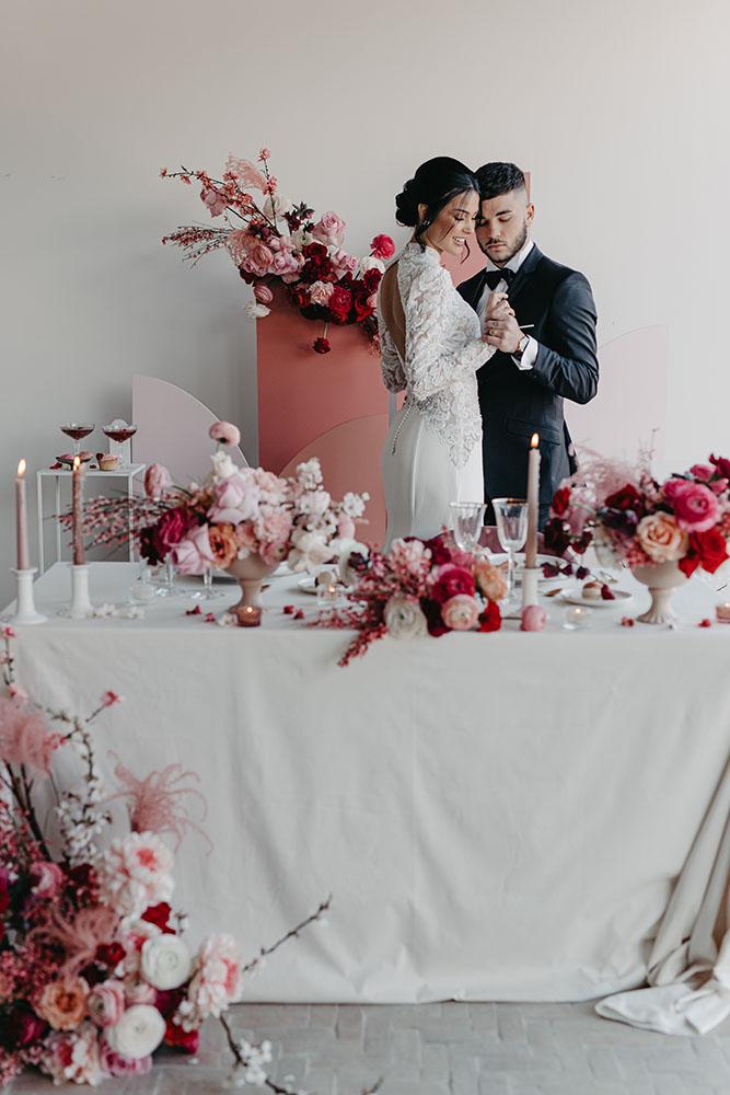 Couple mariage rouge blanc et rose mariage