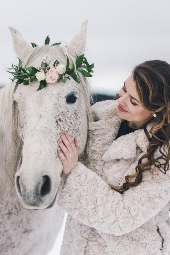 Demande en mariage atypique sur un cheval sous la neige