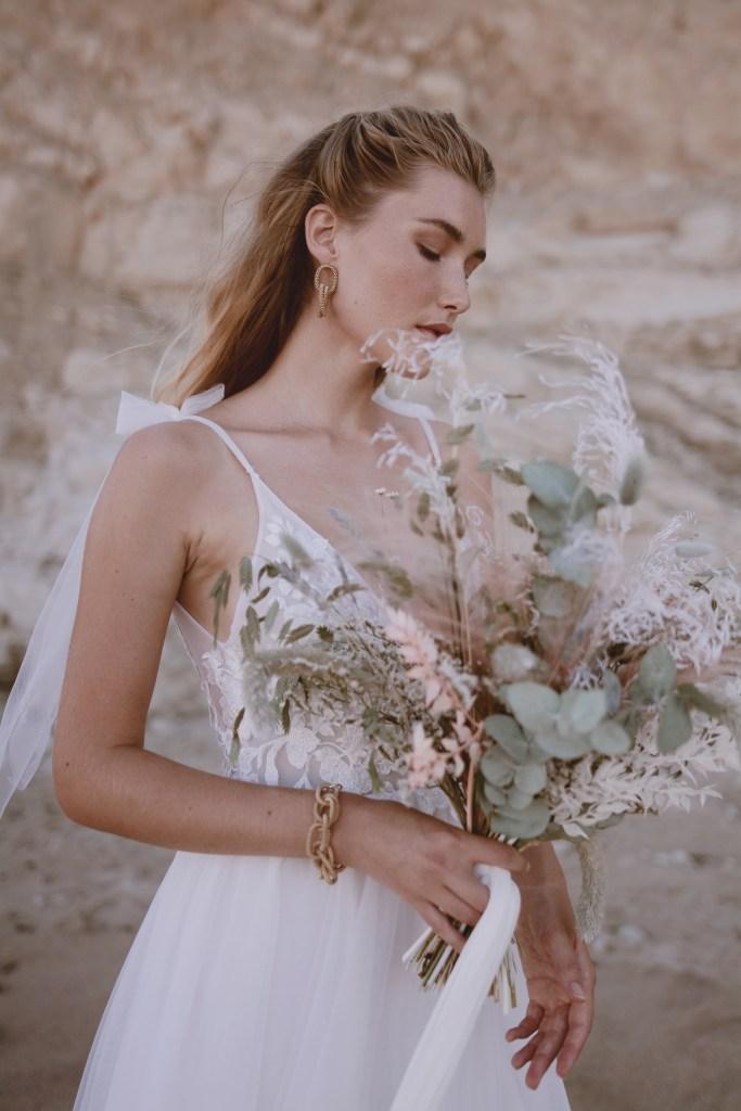 Robe de mariée dos nu et bouquet de fleurs séchées