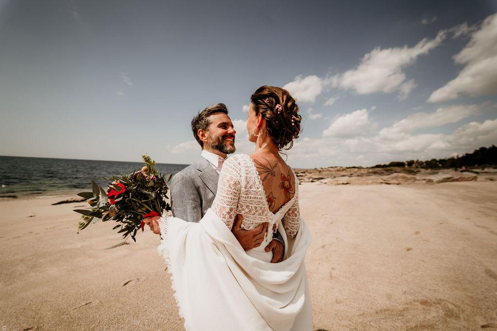 séance photo mariés bohèmes au bord de la mer