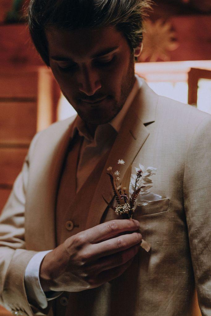 Costume de mariage beige