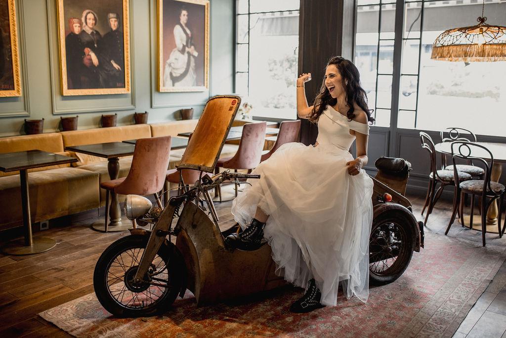 robe de mariée et bottines rock