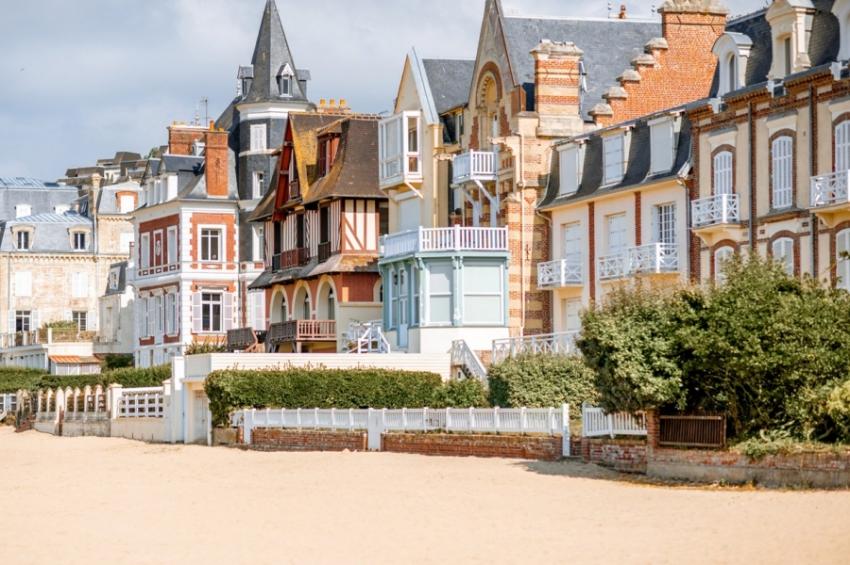 maisons-colorees-en-bord-de-mer-a-deauville