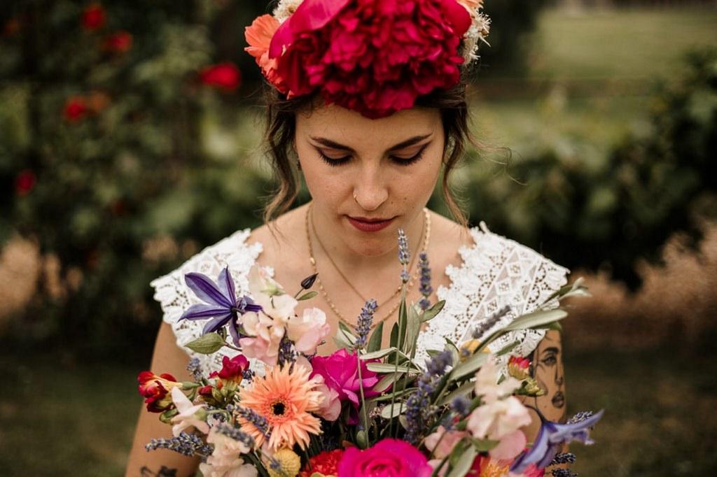 mariée fleurs colorées