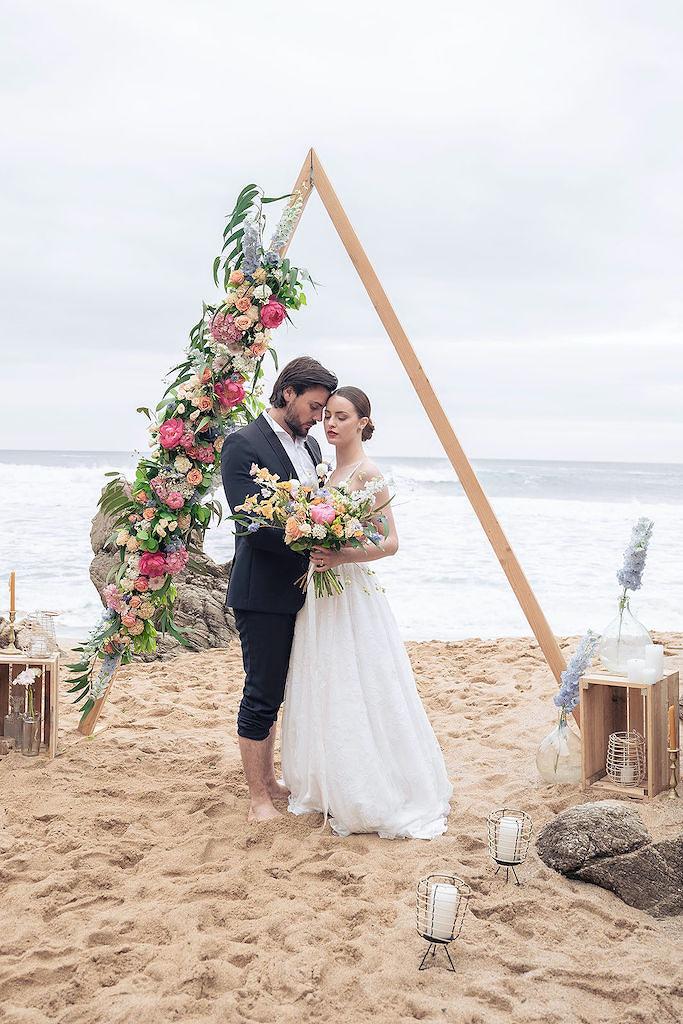 Mariage sur la plage vanlife en Bretagne arche de mariage