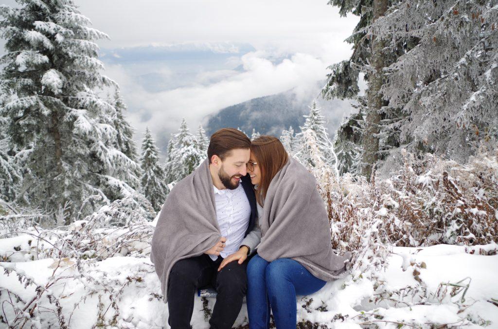 demande en mariage d'hiver sous la neige