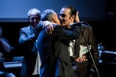 Tío Moncho, esquerra, rep un premi per la seva carrera musical de la mà de Juan Cortés, secretari de la FAGiC, dreta. Judit Valdés