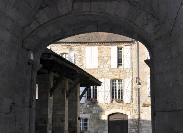 Martel - Porche menant place des consuls