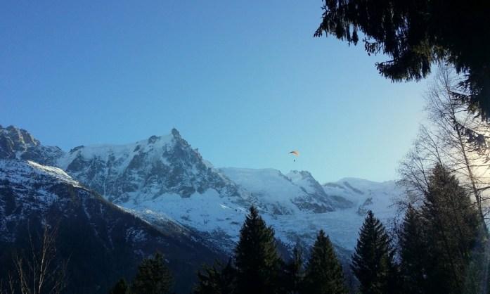 Hiver à Chamonix Mont Blanc - parapente au-dessus des montagnes