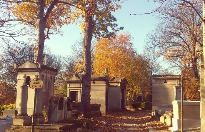 Paris - allée du cimetière du Père Lachaise en automne