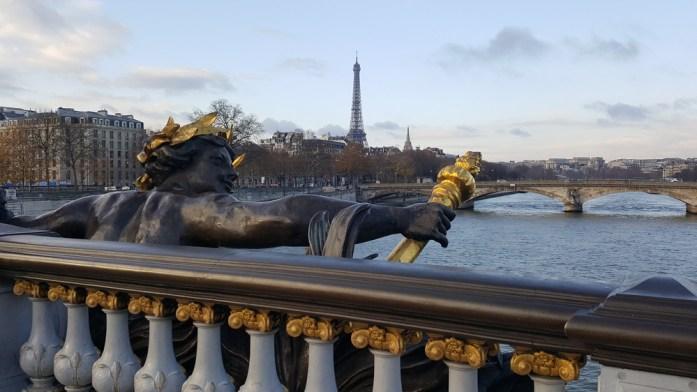 Paris - la tour Eiffel vue depuis le pont Alexandre III