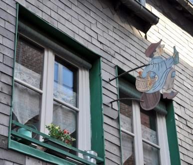 Visiter Honfleur : façade avec enseigne