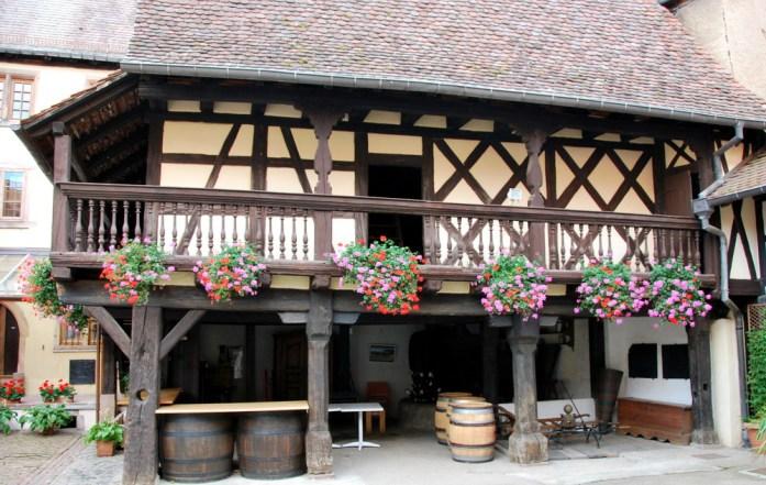 Découvrir Eguisheim en Alsace - cour ancienne