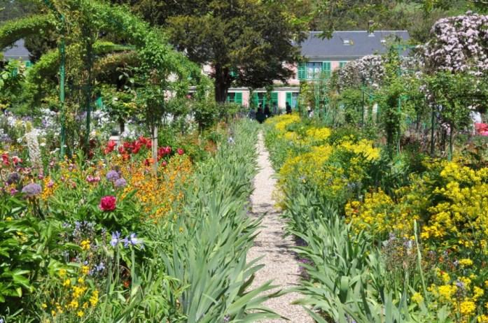 Jardin de Monet à Giverny - allée de fleurs