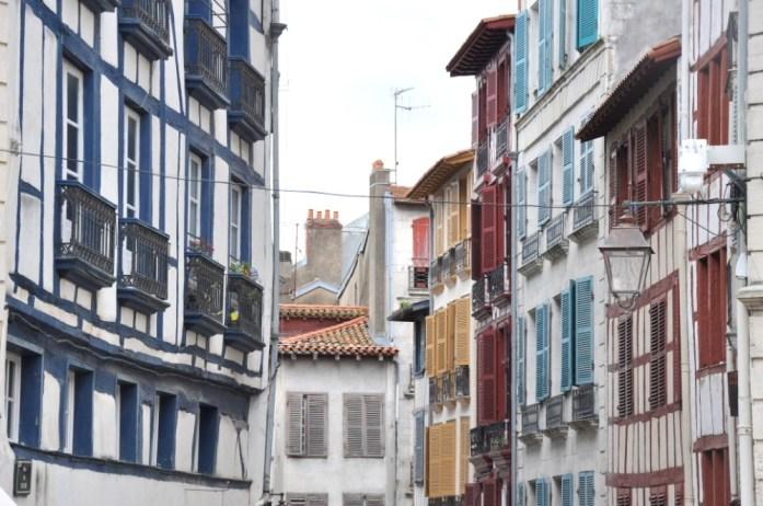 Bayonne en 1 jour - ruelle colorée dans le Grand Bayonne