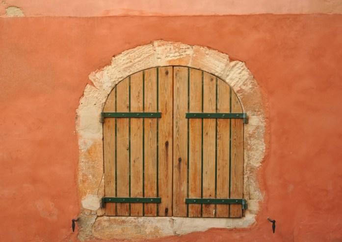 La Marinière en Voyage - fenêtre colorée à Roussillon