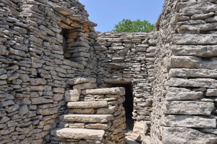 La Marinière en Voyage - escaliers du village des bories