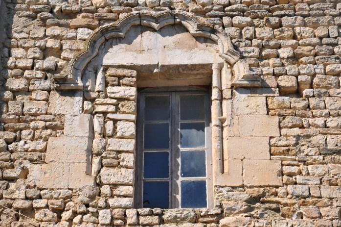Fenêtre en pierre à Vénasque