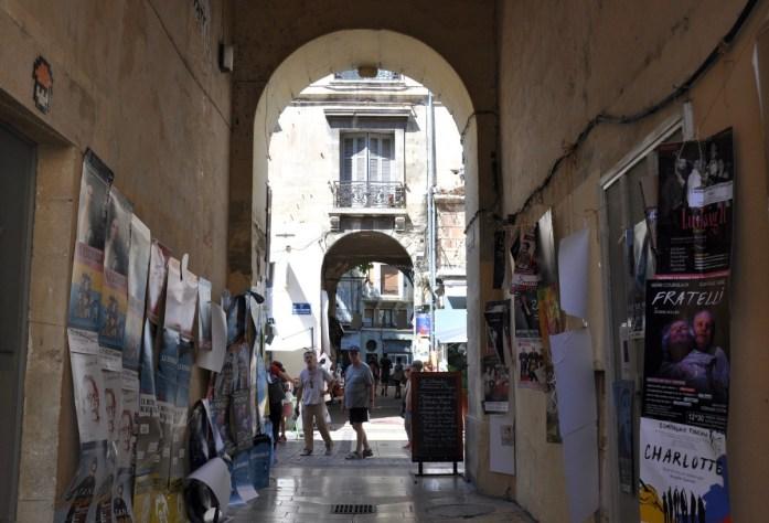 Visiter Avignon en une journée - passage du centre ville