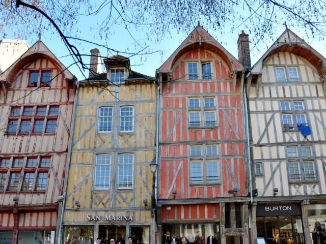 Troyes - maisons à pans de bois colorées