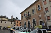 Immagine esterna del palazzo comunale con i mezzi di Protezione Civile