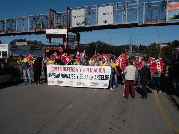 Concentración de delegados sindicales en la puerta de Trasona de la planta de ArcelorMittal. Foto: La Mayoría
