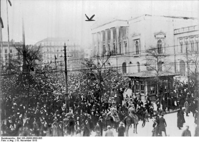 Manifestación de obreros y soldados en Leipzig el 10 de noviembre de 1918, en plena huelga general en busca de la conquista del poder político, durante la revolución de noviembre.