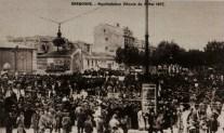Manifestation viticole sur le cours Mirabeau. Lors de la crise viticole de 1907, de grandes manifestations ont lieu chaque dimanche dans les villes du Midi. Le premier grand rassemblement se déroule à Narbonne le 5 mai et totalise 80 000 manifestants. Collection particulière