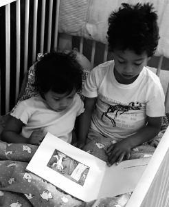 niños lectura hermanos familia armonia
