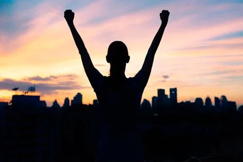 Persone di successo che alzano le mani