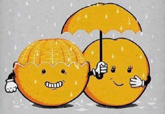 arancia che protegge altra arancia dalla pioggia