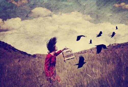 ragazza che libera uccelli in gabbia