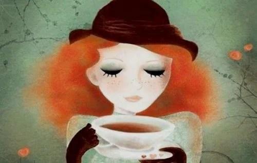 donna con cappello che beve una tazza di tè