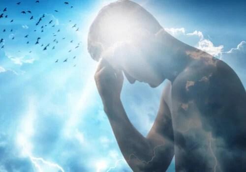 Hombre con luz en la mente