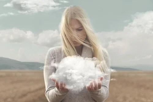 Mujer sujetando una nube con sus manos
