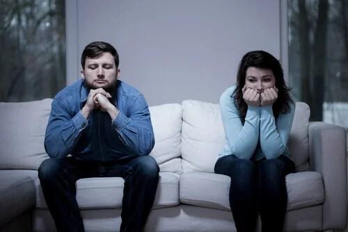 Pareja en sofá simbolizando cuando ocurre a nuestro cerebro cuando nos enfadamos