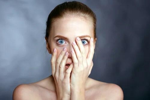 mujer expresando miedo y representando lo que nos enseñó Darwin sobre las emociones