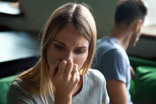 Mujer triste preocupada por los efectos de ser demasiado generoso