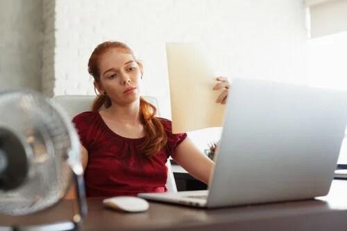 Mujer estudiando frente al ordenador