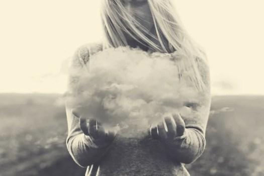 Mujer con una nube en las manos para representar a los pensamientos circulares