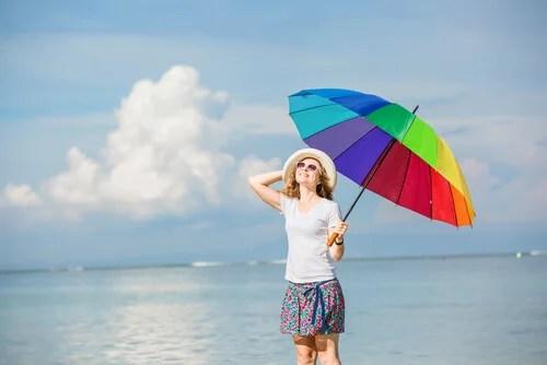 Colleghi e personalità, donna felice con ombrello colorato