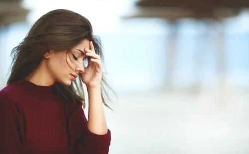 Mujer con los ojos cerrados pensando en la ley del karma
